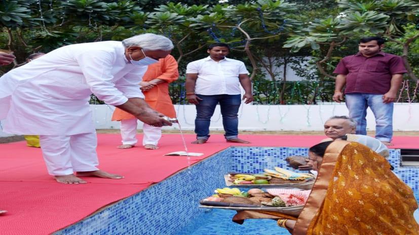CM नीतीश ने मुख्यमंत्री आवास में अस्ताचलगामी सूर्य को अर्घ्य अर्पित किया, सुख-शांति और समृद्धि के लिए ईश्वर से की प्रार्थना