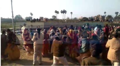 नवादा में पुलिस पर लोगों ने की पत्थरबाजी, मंदिर के पास आवास बनाने का किया विरोध