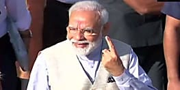 लोकसभा चुनाव : पीएम नरेन्द्र मोदी ने गांधीनगर लोकसभा सीट के रानिप बूथ पर डाला अपना वोट