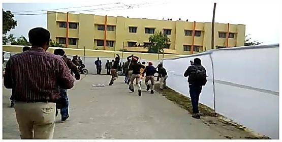 विश्वविद्यालय के सीनेट की बैठक में छात्रों का हंगामा, पुलिस ने किया लाठीचार्ज