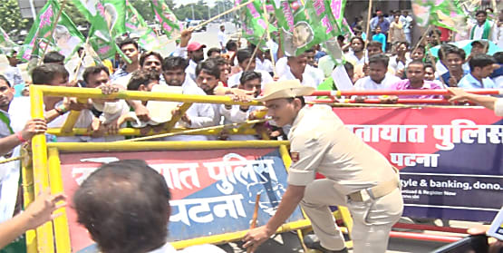छात्र राजद के राजभवन मार्च को पुलिस ने इनकम टैक्स गोलबंर पर रोका,राजद कार्यकर्ताओं और पुलिस में धक्का-मुक्की