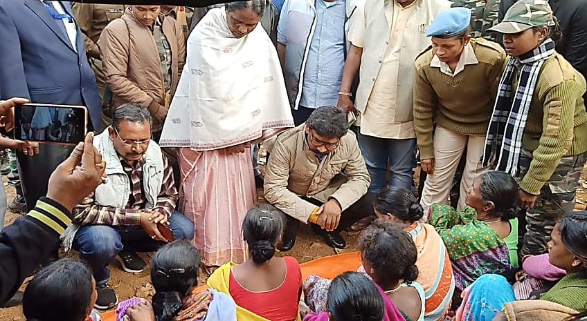 सीएम हेमंत सोरेन ने चाईबासा में नरसंहार पीड़ित परिवारों से की मुलाकात, बोले- अपराधियों के खिलाफ होगी कड़ी कार्रवाई