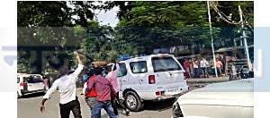 मुजफ्फरपुर में सीएम नीतीश  का विरोध: गाड़ी पर फेंकी स्याही,दिखाए काले झंड़ें.....