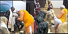 सफाई कर्मियों का PM मोदी ने धोए पैर, बोले- आपने दिव्य कुंभ को भव्य बनाया