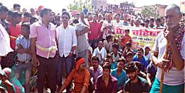 विकास से महरूम ग्रामीणों का फुटा गुस्सा, सड़क पर उतर किया प्रदर्शन, वोट वहिष्कार का किया ऐलान