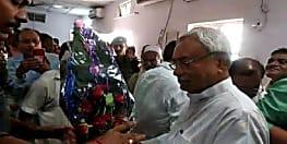 बड़ी जीत के बाद पार्टी कार्यालय पहुंचे सीएम नीतीश का जोरदार स्वागत, बीजेपी के भी कई बड़े नेता मौजूद
