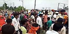 ग्रामीणों ने रोका रेल ट्रैक मेंटेनेंस कार्य, गाँव जाने का रास्ता बंद करने का लगाया आरोप