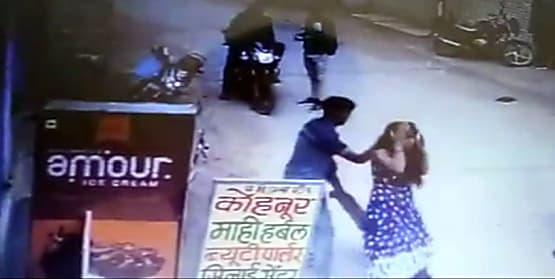 सरेराह युवक अपनी पत्नी का करता रहा बेरहमी से पिटाई, लोग देखते रहे तमाशा