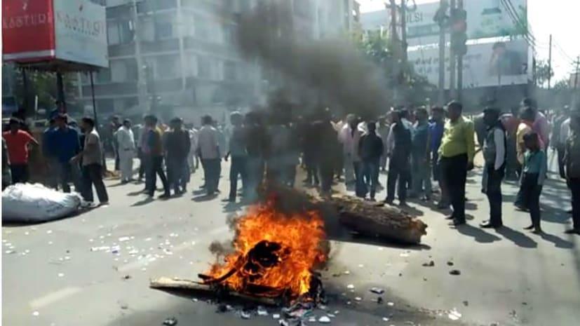 पाल केक हाउस के मालिक की हत्या से व्यवसायियों में आक्रोश, सड़क पर उतर कर रहे हैं हंगामा