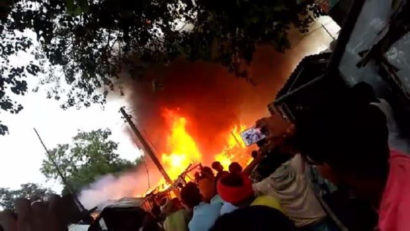 पूर्णिया के डुमरी बाज़ार में लगी आग, लाखों की सम्पति जलकर राख