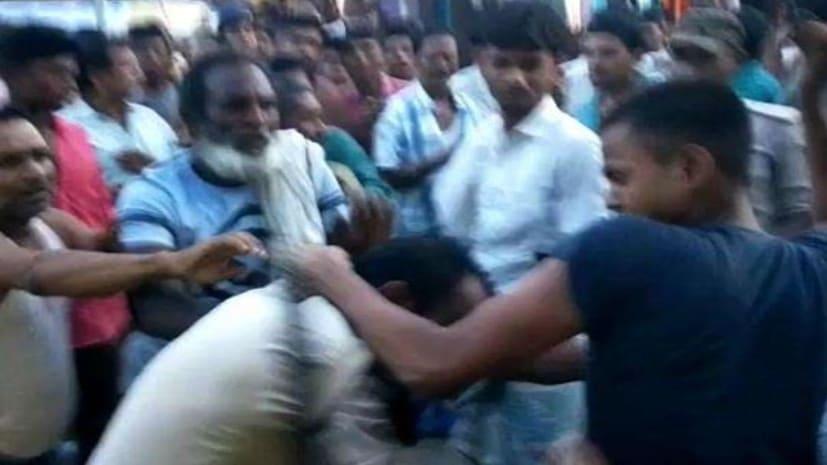 बिहार में अब वर्दीधारी पुलिसकर्मी की पिटाई, हथियार छीनने का प्रयास..विडीयो वायरल