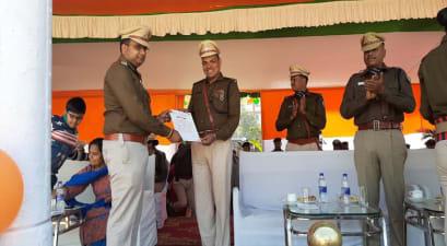 गणतंत्र दिवस के मौके पर पुलिस पदाधिकारियों को किया गया सम्मानित, एसएसपी ने दिया पुरस्कार