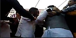 जब एक्ट्रेस से मिलने के लिए स्टेज पर ही भीड़ गए कांग्रेस नेता, जमकर हुई  मारपीट