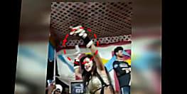 सीवान में हाथ में पिस्टल लेकर ठुमके पर ठुमका लगाती रही बार बाला, हथियार के साथ नाच का पूरा uncut video देखिए