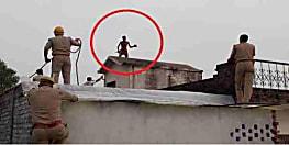 चार मंजिला मकान की छत पर चढ़कर बोला युवक, पत्नी बहुत पिटती है, जान दे दूंगा, बीड़ी देने पर उतरा