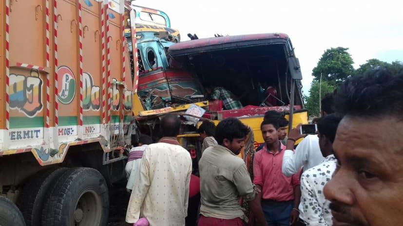 सड़क हादसा: बस और ट्रक में भीषण टक्कर, 12 यात्री गंभीर रूप से घायल
