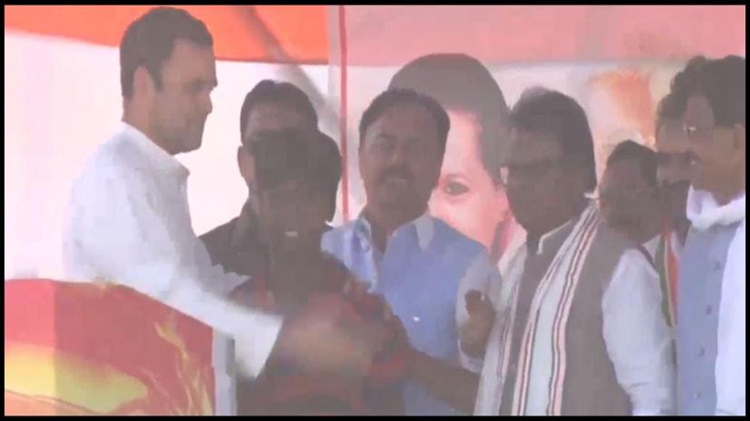 जानिए आखिर क्यों राहुल गांधी ने रैली के बीच में ही अचानक इस लड़के को मंच पर बुलाया