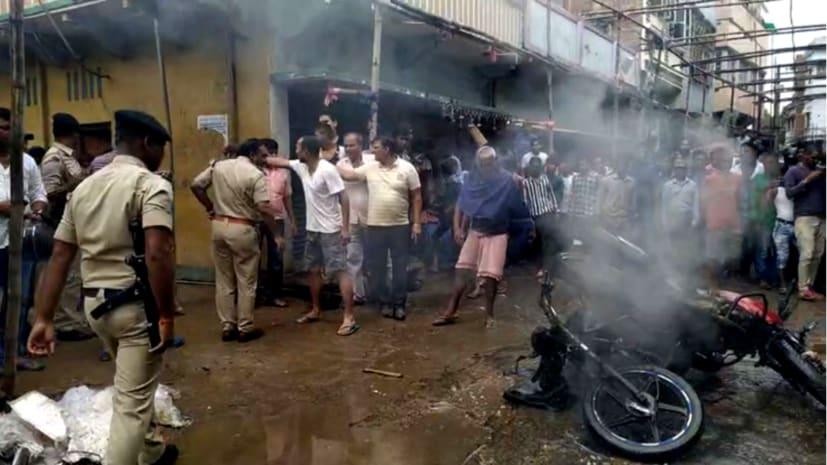 हथियार के बल पर दिनदहाड़े आभूषण दुकान लुटने पहुंचे लुटेरे, लोगों ने पकड़ा, बाइक में लगायी आग