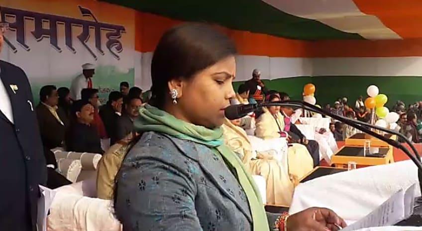 मंत्री साहिबा ने कटवाई CM नीतीश की नाक! देख कर भी नहीं आया पढ़ना..... देखिए वीडियो