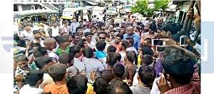 एटीएम कार्ड हेराफेरी करते दो युवको को ग्रामीणों ने दबोचा, जमकर की पिटाई