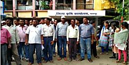 राहत सामग्री वितरण में लापरवाही पर डीएम ने कर्मियों पर दर्ज कराया मुकदमा, हड़ताल पर गए कर्मचारी