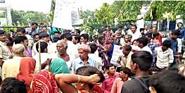 मुजफ्फरपुर में बच्चे के शव को लेकर लोगों ने समाहरणालय गेट पर किया प्रदर्शन, जानिए वजह