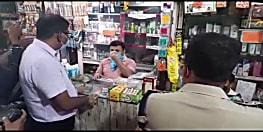 पटना की सड़क पर निकले डीएम, बिना मास्क पहने दुकानदार पर लगाया जुर्माना