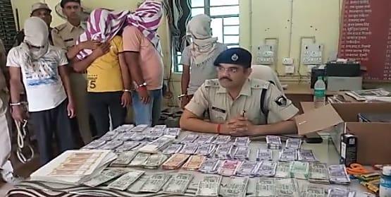 छपरा में नकली नोट बनाने वाले गिरोह का भंडाफोड़, लाखों के नकली नोट के साथ 5 गिरफ्तार