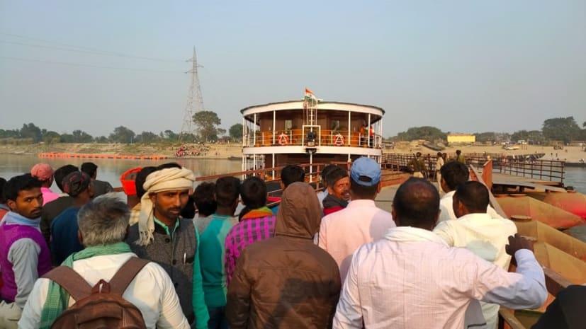 BIG BREAKING : पटना के पीपा पुल से फिर टकराया यात्री जहाज, तीन भागों में टूटा पुल, मची भगदड़