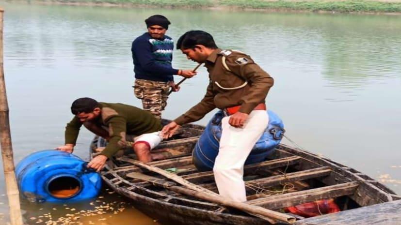 नदी में नाव पर बन रही थी शराब, पुलिस की छापेमारी के बाद तस्कर फरार
