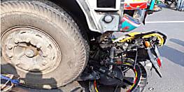 ट्रक के अंदर कुछ इस तरह से घुसी बाइक, सवार की घटनास्थल पर दर्दनाक मौत