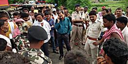 सड़क हादसे में ट्रैक्टर चालक की हुई मौत, आक्रोशित ग्रामीणों ने किया सड़क जाम