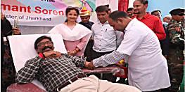 सीएम हेमंत सोरेन ने किया रक्तदान, कहा-इससे बढ़कर पुनीत कार्य कोई और नहीं