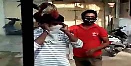 लॉकडाउन तोडने पर पुलिस ने दी अनोखी सजा, शख्स के सिर पर मुर्गा रखकर करवाई उठक बैठक, VIDEO VIRAL