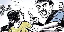 समस्तीपुर में बीच पंचायत में पति ने पत्नी को पीटा, बीवी की आशिकी से परेशान था शख्स