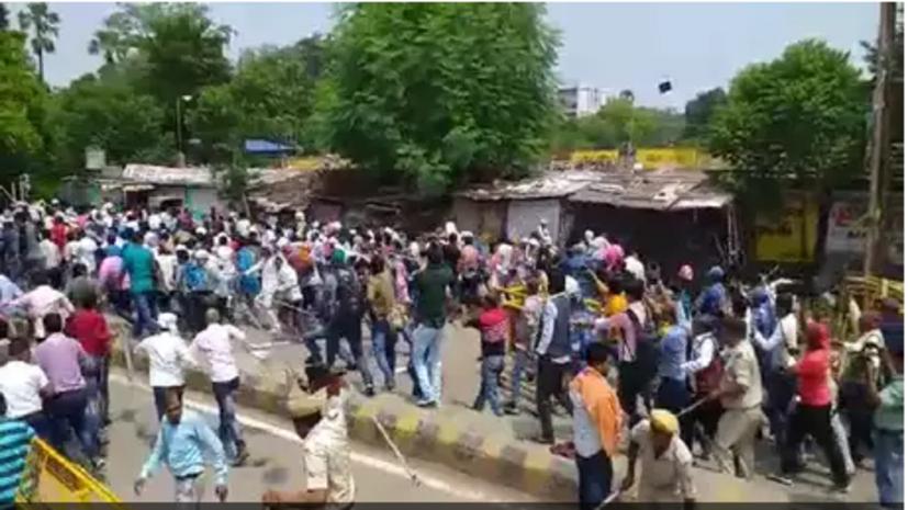 पटना में विरोध प्रदर्शन कर रहे शिक्षकों पर लाठीचार्ज, पुलिस ने दौड़ा-दौड़ाकर पीटा