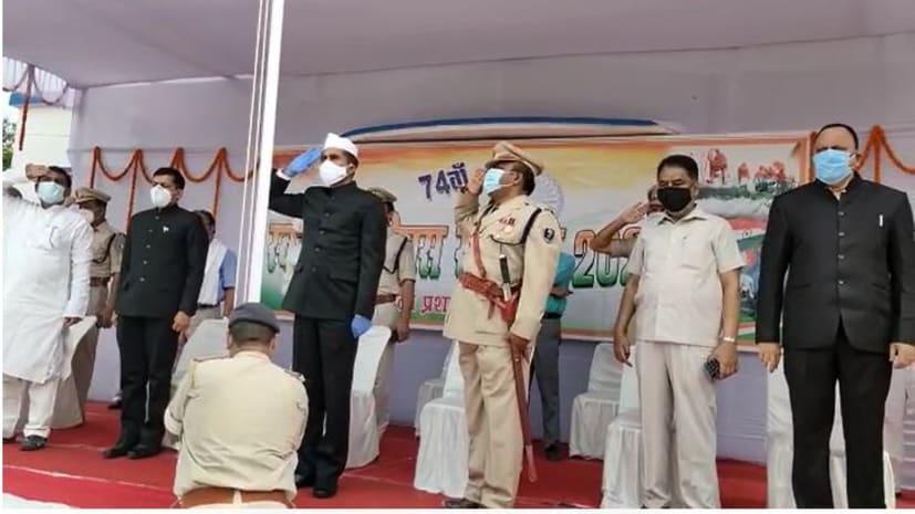 नालंदा के सोगरा उच्च विद्यालय के मैदान में डीएम योगेंद्र सिंह ने फहराया तिरंगा, कोरोना वॉरियर्स को किया गया सम्मानित