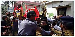 विश्वविद्यालय के सीनेट की बैठक में छात्रों का हंगामा, छात्र नेताओं पर पुलिस ने किया लाठीचार्ज