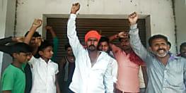 ठेकदार द्वारा खलासी की पिटाई से आक्रोशित हुए पोलदार, एसएफसी गोदाम पर किया जमकर  हंगामा