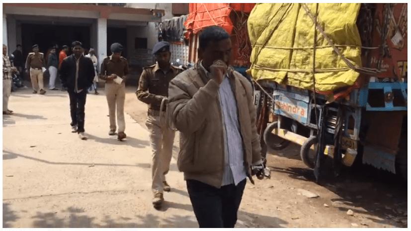 शराबबंदी की धज्जियां उड़ा रहे वर्दीधारी, शराब पीते हुए पकड़ाया बिहार पुलिस का सिपाही
