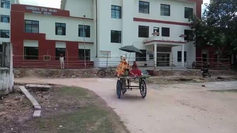 सासाराम में स्वास्थ्य व्यवस्था का हाल-बेहाल, मरीजों को नहीं मिल पा रहा एंबुलेंस, ठेल पर जाने को मजबूर
