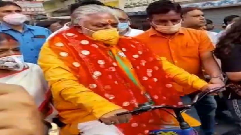 साइकिल चलाकर मतदान करने पहुंचे कृषि मंत्री डॉ. प्रेम कुमार,मतदान से पहले मंदिर में की पूजा-अर्चना