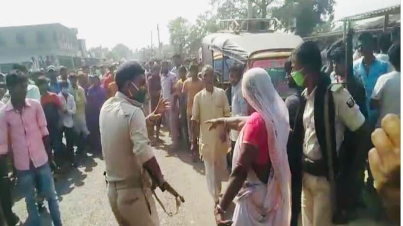 मनचलों के चक्कर में हुई छात्रा की मौत, गाँव वालों ने जमकर किया हंगामा,आक्रोशितों ने दरोगा की कर दी पिटाई