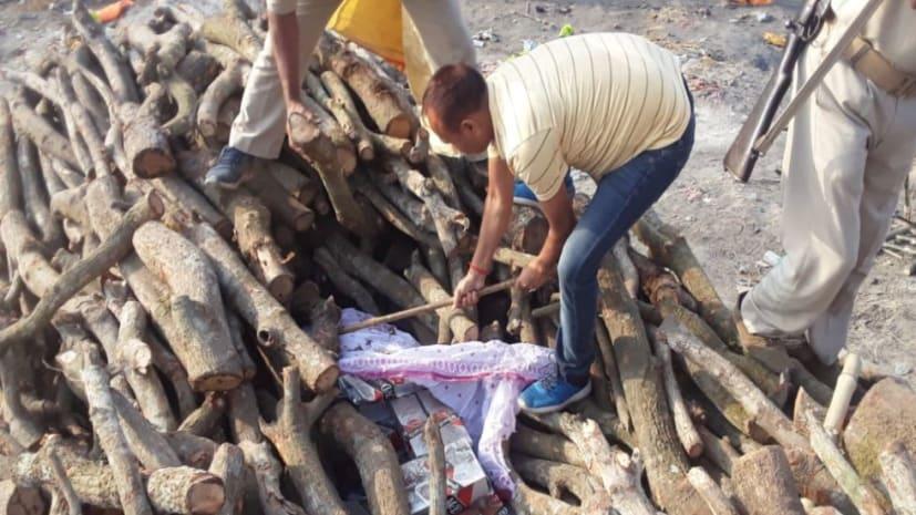शराब माफिया के खिलाफ पुलिस की कार्रवाई, अंतिम संस्कार के लिए रखे लकड़ी के बीच से शराब को किया बरामद