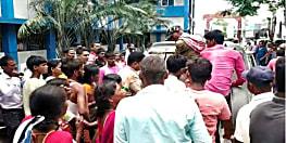 शव को लेकर डीएम कार्यालय पहुंचे परिजन, पुलिस अधिकारियों के छूटे पसीने