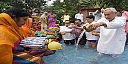 मुख्यमंत्री नीतीश कुमार ने भगवान सूर्य को अर्घ्य अर्पित किया