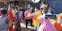 दरभंगा में बीजेपी नेता राजीव ठाकुर का बाढ़ प्रभावित इलाकों का दौरा, बांटी राहत साम्रगी