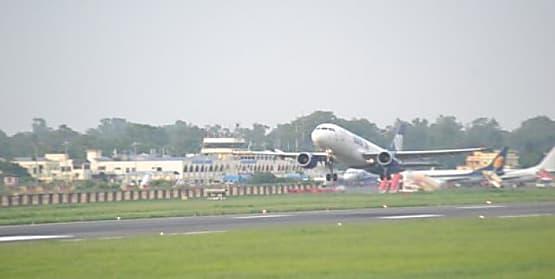 मुंबई में भारी बारिश का इफेक्ट: हवाई उड़ानें हुई प्रभावित, पटना एयरपोर्ट पर यात्रियों का हंगामा