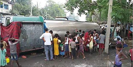 नालंदा में सड़क पर बही दूध की नदी, बाल्टी लेकर सड़क पर निकले लोग