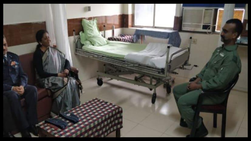 विंग कमांडर से अस्पताल में मिली रक्षामंत्री निर्मला सीतारमण, अभिनंदन से पूछा हाल-चाल